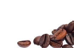 Feijões de café isolados no fundo branco Fotografia de Stock