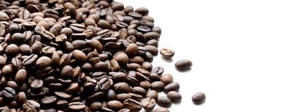 Feijões de café isolados no fundo branco Imagem de Stock
