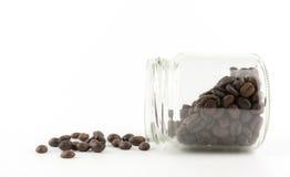 Feijões de café isolados no fundo branco Fotografia de Stock Royalty Free