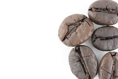 Feijões de café isolados no fundo branco Fotos de Stock