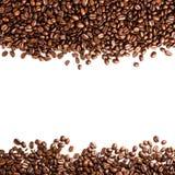 Feijões de café isolados no fundo branco com copyspace para o te Fotos de Stock Royalty Free