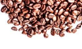 Feijões de café isolados no fundo branco com copyspace para o tex Fotos de Stock Royalty Free