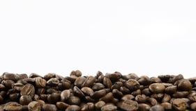 Feijões de café isolados no fundo branco com espaço da cópia para o texto Fundo ou textura do café Imagens de Stock Royalty Free