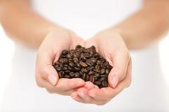 Feijões de café - mulher que mostra o punhado do feijão de café Imagem de Stock Royalty Free