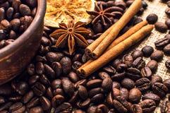 Feijões de café na bacia com canela e anis Imagens de Stock Royalty Free