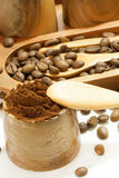 Feijões de café na bacia de madeira Fotografia de Stock Royalty Free