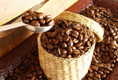 Feijões de café na cesta. fotos de stock