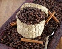 Feijões de café na cesta. imagens de stock royalty free