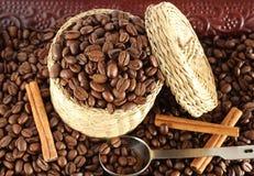 Feijões de café na cesta fotos de stock