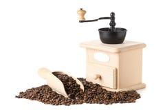 Feijões de café na colher de madeira com o moedor do feijão de café Imagens de Stock