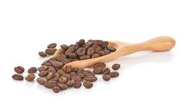 Feijões de café na colher de madeira no fundo branco Imagens de Stock