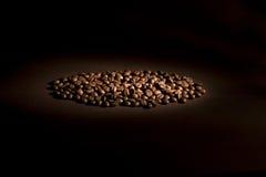 Feijões de café na luz direta Fotografia de Stock