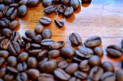 Feijões de café na madeira Imagem de Stock Royalty Free