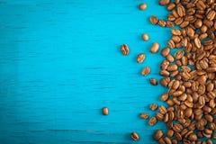 Feijões de café na placa de madeira azul Imagens de Stock