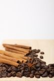 Feijões de café na superfície de madeira Imagens de Stock Royalty Free