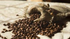 Feijões de café na tabela Fotografia de Stock Royalty Free