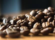 Feijões de café na tabela fotografia de stock