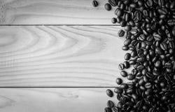 Feijões de café na tabela Espaço livre para seu texto Imagem de Stock