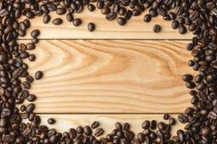 Feijões de café na tabela Espaço livre para seu texto Foto de Stock