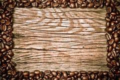 Feijões de café na textura de madeira Fotos de Stock Royalty Free