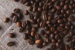 Feijões de café na vista superior de linho Fotografia de Stock Royalty Free