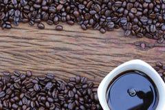 Feijões de café no assoalho de madeira Imagem de Stock Royalty Free