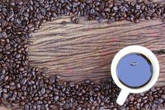 Feijões de café no assoalho de madeira Imagens de Stock Royalty Free