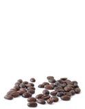 Feijões de café no branco com espaço da cópia acima imagens de stock royalty free