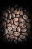 Feijões de café no close up de madeira da tabela Fotografia de Stock