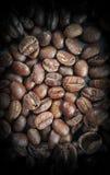 Feijões de café no close up de madeira da tabela Fotos de Stock