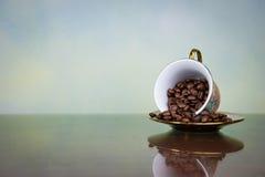 Feijões de café no copo Fotografia de Stock Royalty Free
