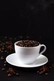 Feijões de café no copo branco Fotografia de Stock