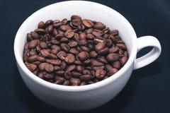 Feijões de café no copo branco Foto de Stock