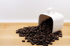 Feijões de café no copo de café Fotografia de Stock Royalty Free