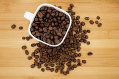 Feijões de café no copo de café Foto de Stock