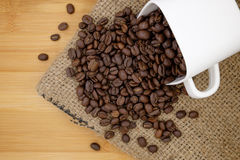 Feijões de café no copo de café Fotografia de Stock