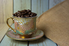 Feijões de café no copo no saco (Ainda estilo de vida) Fotografia de Stock Royalty Free