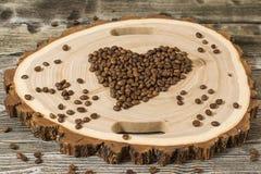 Feijões de café no corte de madeira Imagens de Stock Royalty Free