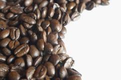 Feijões de café no fundo branco Fotografia de Stock
