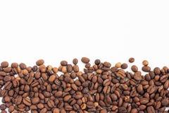 Feijões de café no fundo branco fotografia de stock royalty free