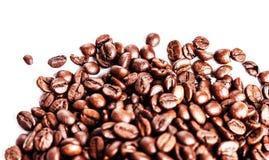 Feijões de café no fundo branco com copyspace para o tex Imagem de Stock Royalty Free