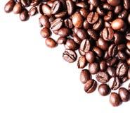 Feijões de café no fundo branco com copyspace para o tex Imagens de Stock Royalty Free