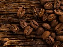 Feijões de café no fundo de madeira Imagem de Stock Royalty Free