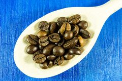 Feijões de café no fundo de madeira Foto de Stock