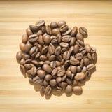 Feijões de café no fundo de madeira Imagem de Stock