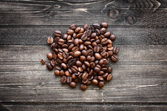 Feijões de café no fundo de madeira Fotos de Stock Royalty Free