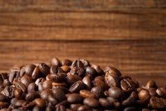 Feijões de café no fundo de madeira Fotos de Stock