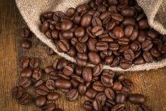 Feijões de café no fundo de madeira do grunge Fotos de Stock