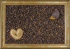 Feijões de café no fundo de madeira na moldura para retrato no centro o pão-de-espécie do doce de fruta da opinião de tampo da me Imagem de Stock