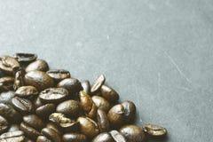 Feijões de café no fundo de papel da textura Fotografia de Stock Royalty Free